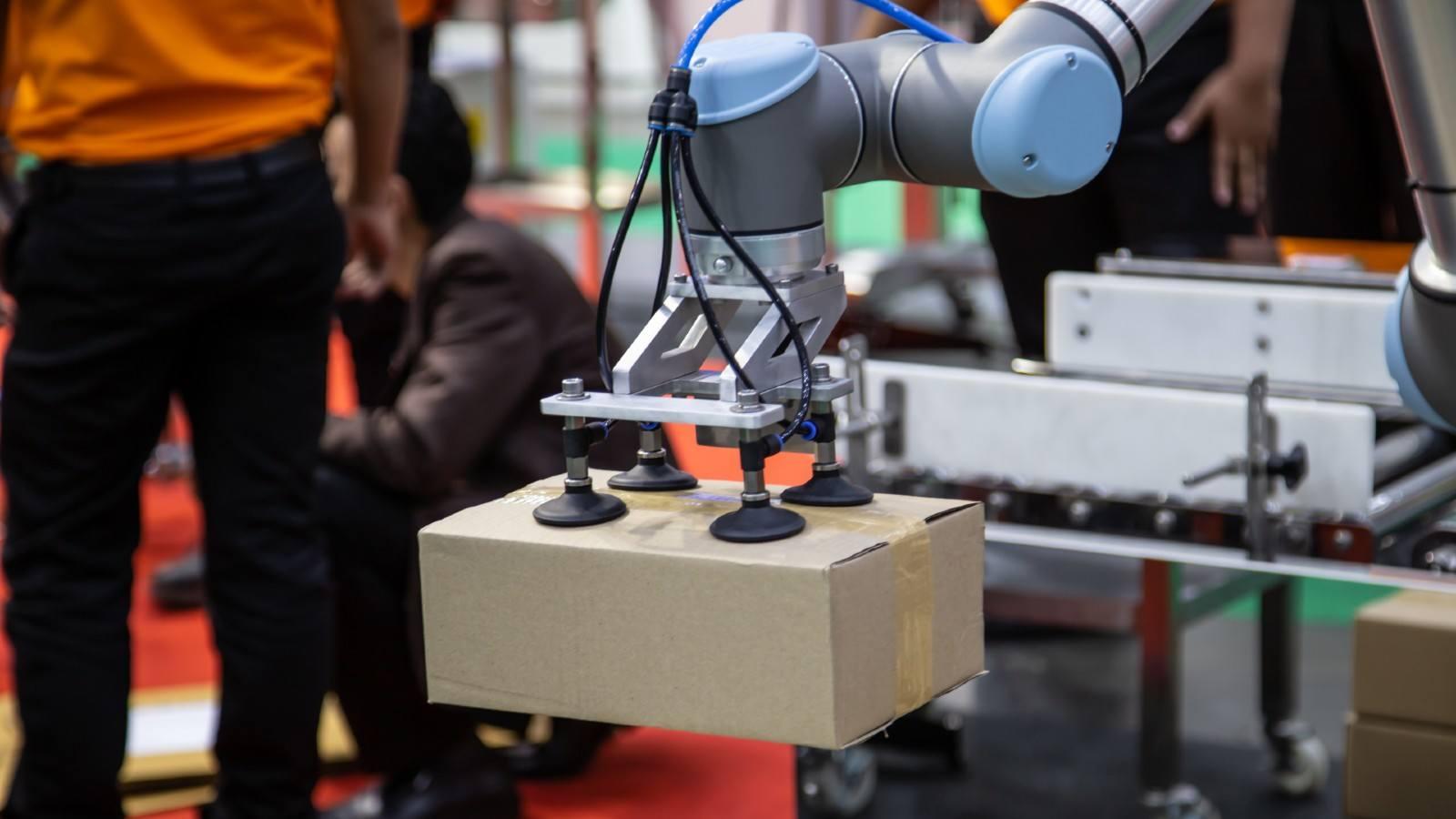 Un cobot se ocupa de la preparación de pedidos en el almacén