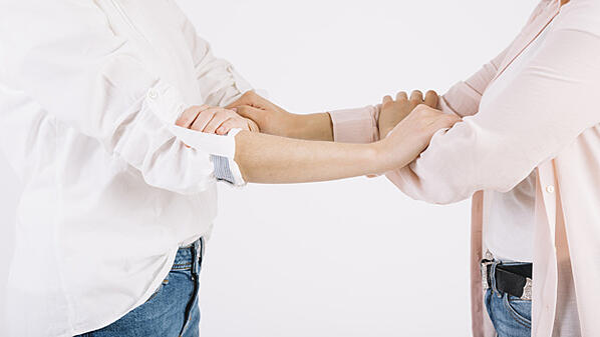 mujeres-cultivos-agarrando-brazos_23-2147774750